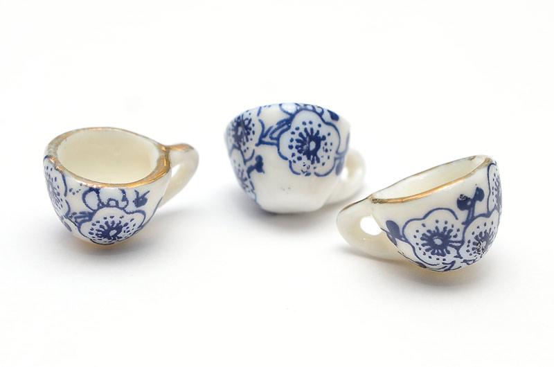 Miniatyr kaffekopp i keramik, blå blommor