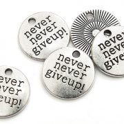 "Antiksilver brickor ""Never never give up!"" 5st"