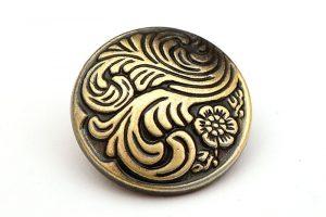 Vintage metallknapp med mönster
