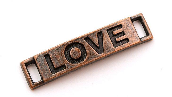 Kopparpläterad connecter med texten LOVE