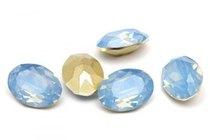 Oval cabochon med opaleffekt, Isblå 18x13mm