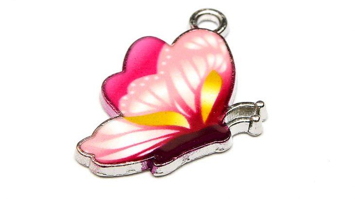 Emaljerad berlock Rosa flygande fjäril